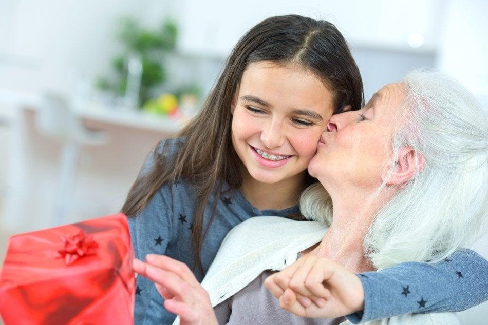 Bedstemor der får en fødselsdagsgave af sit barnebarn