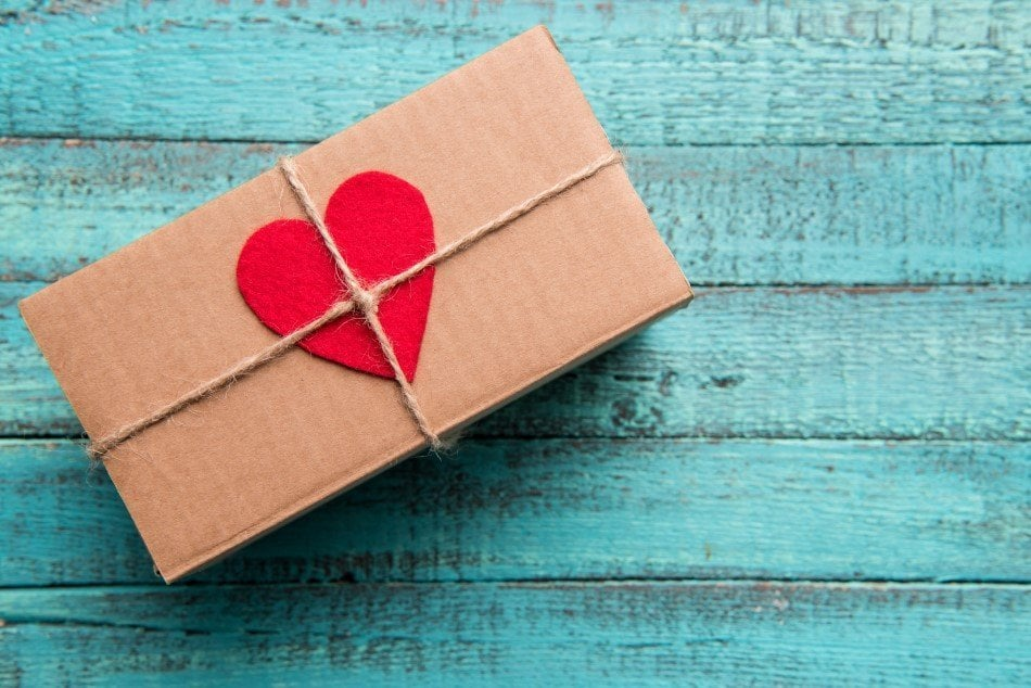 Gaveæske med et rødt hjerte på