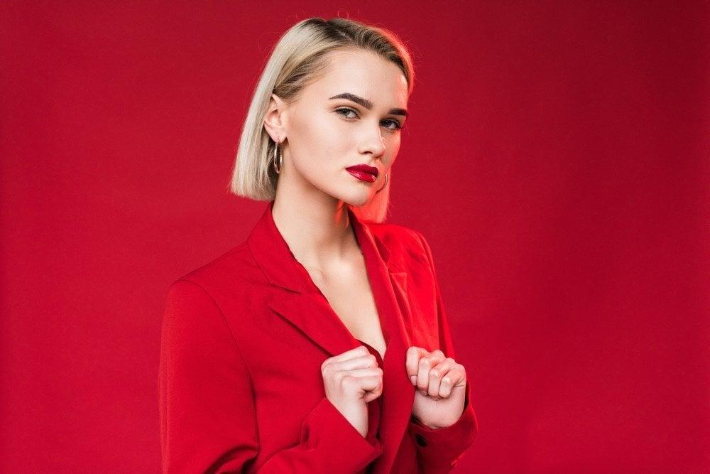 Moderne kvinde iført rød jakke