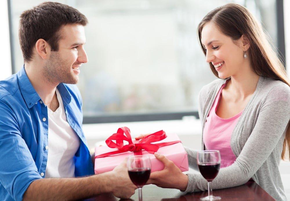 MAnd der giver sin kæreste en gave