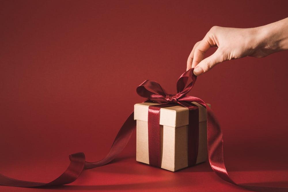 Kvinde der åbner en gave