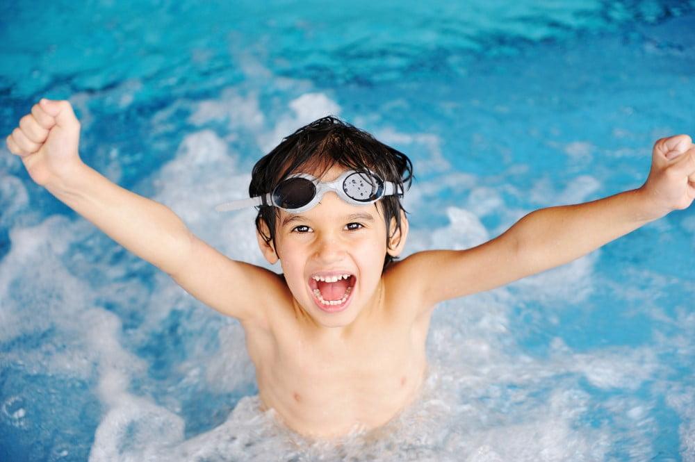 Dreng med svømmebriller